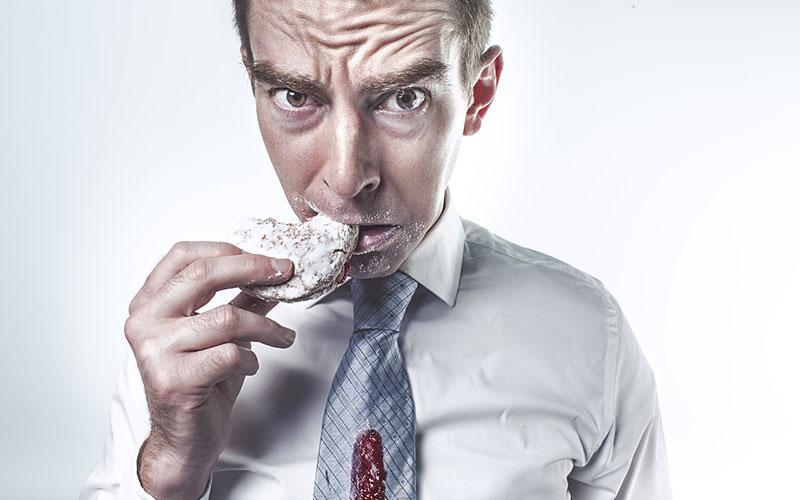 homem comendo biscoito