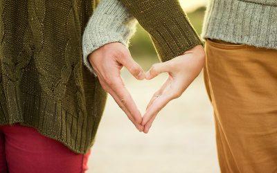 duas mãos formando um coração