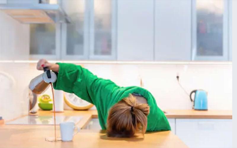 mulher derramando café
