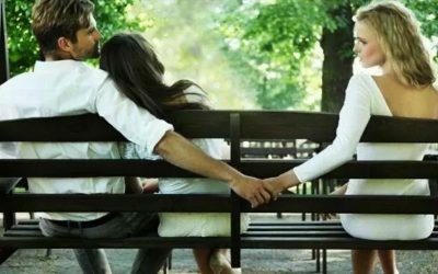 Um casal e uma mulher sentados no banco