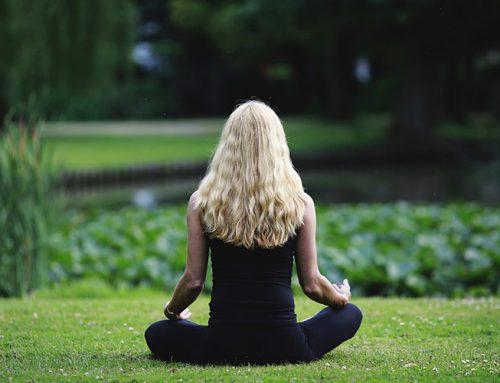 Faça respiração Kumbhaka Bandha para equilibrar os hormônios