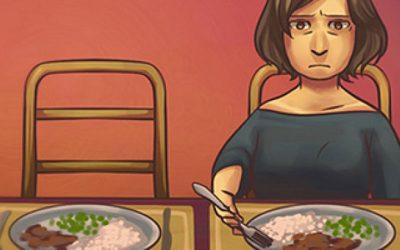 mulher sozinha na mesa