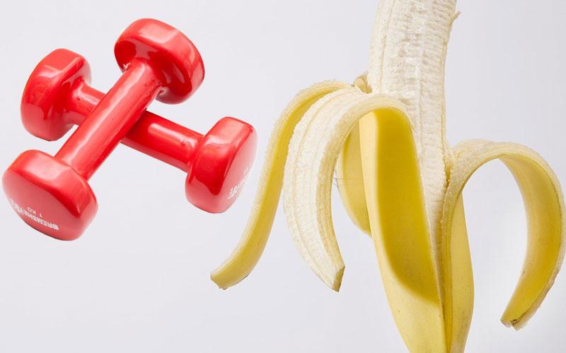 Par de halteres e banana